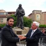 Statua di Padre Pio ad Isernia con Marinelli