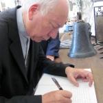 Il Cardinale Coccopalmerio firma il libro delle visite illustri